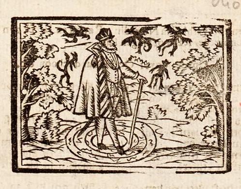 In een landschap staat een man met zijn voeten op een patroon van concentrische cirkels. Vijf kleine zwarte duivels zwermen als insecten om zijn hoofd. Het si een tovenaar