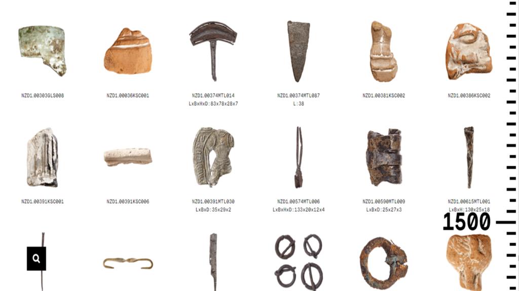 Screenshot van de digitale tijdlijn op de website Below the Surface met vondsten die dateren van rond 1500 waaronder een loodtinnen draagteken