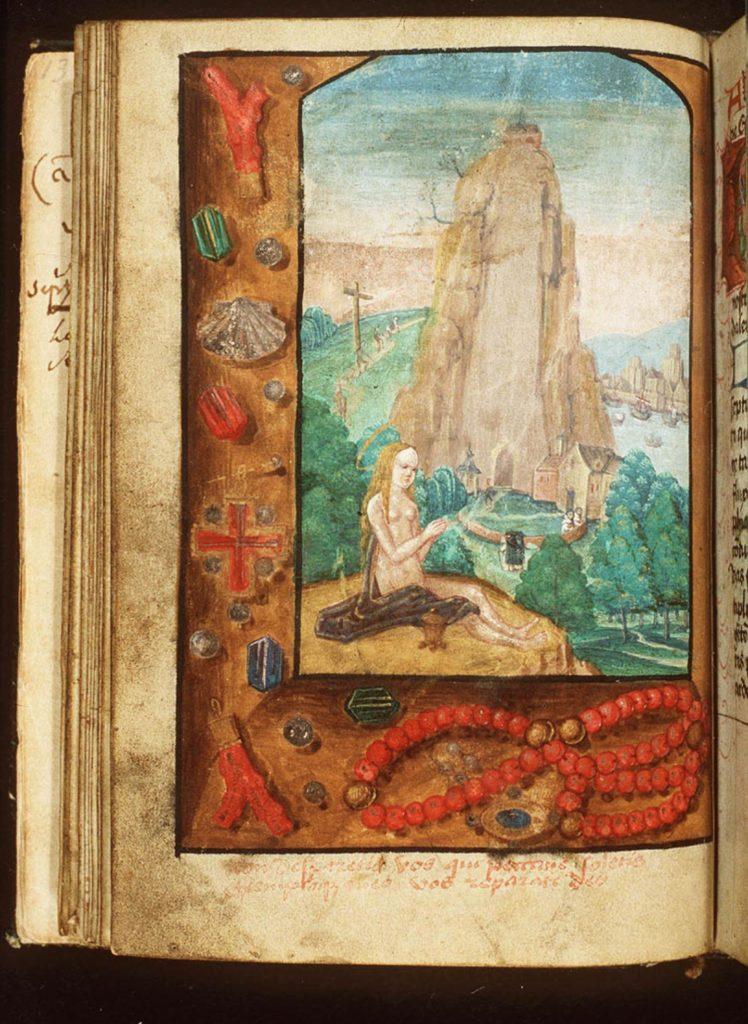 Maria Magdalena zit naakt op de grond met de zalfpot naast zich. Op de achtergrond is een hoge, kale berg te zien waarlangs pelgrims omhoog klimmen. Dit is de Sainte-Baume in de Provence.