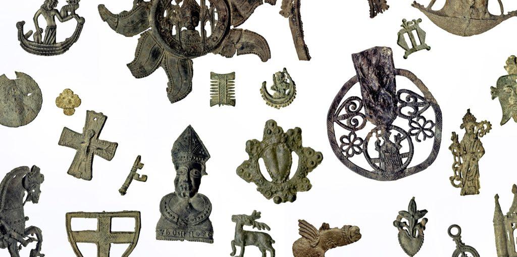 Verschillende middeleeuwse draagtekens uit de collectie van het British Museum