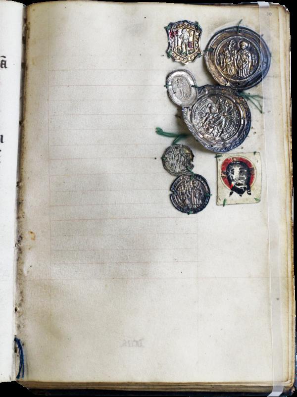 Op een gelinieerde, maar onbeschreven pagina in een middeleeuws boek zijn zes kleine metalen pelgrimstekens bevestigd. Ze zijn verzameld in de rechterbovenhoek van het blad en met groen draad aan het perkament vastgemaakt. De verzameling bevat ook een kleine geschilderde afbeelding van het gelaat van Christus met een rode nimbus.