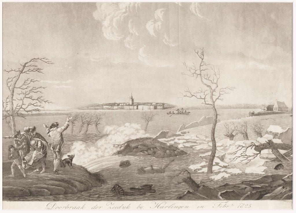 Op de voorgrond breekt de zeedijk bij Harlingen. Een groepje mensen kijkt wanhopig toen. Aan de horizon is de stad Harlingen afgebeeld. Op de dijk staan twee bomen.