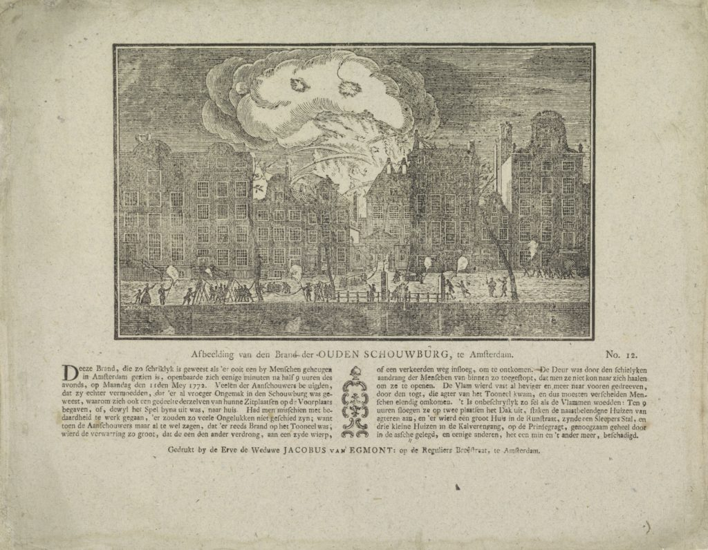 Zicht op de Keizersgracht tijdens de brand van de schouwburg. De voorstelling gaat terug op een uit de reeks van Crajenschot waarbij de brand ook op deze manier is afgebeeld.