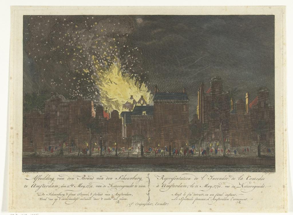 De handgekleurde prent toont de brand in de schouwburg vanaf een afstand aan de andere zijde van de Keizersgracht. Vonken vliegen hoog in de lucht.