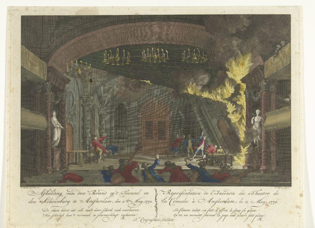 De handgekleurde prent toont de brand op het podium in de schouwburg. De vlammen slaan uit de coulissen ten rechterzijde van het toneel. Mensen reageren verschrikt en heffen hun armen, terwijl ze vluchten.