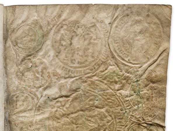 Sporen van insignes, onder andere uit Aardenburg, in een getijdenboek