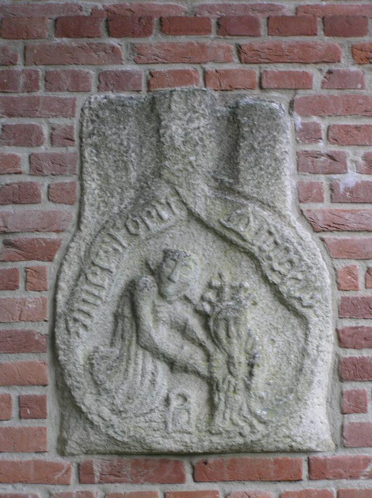 Gevelsteen gebaseerd op een middeleeuws pelgrimsteken met Maria van Amersfoort